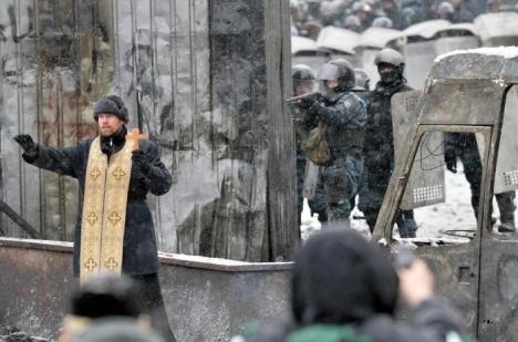Priest-between-soldiers-and-protesters-Kiev-Sergei-Supinsky-AFP1[1]